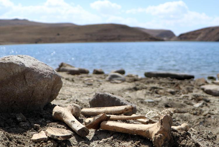 Palandöken Barajı'nda sular çekildi, mezar ve kemikler gün yüzüne çıktı